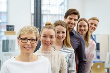 motiviertes junges projektteam im büro