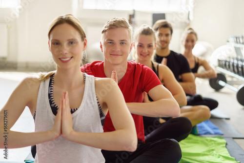 Plakat männer und frauen im yoga-kurs