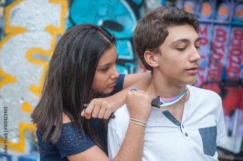 adolescents jouant avec un couteau en plastique Poster