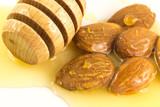 Mandorle e miele - 168429616