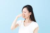 鼻を摘む女性・ブルーバック - 168525698