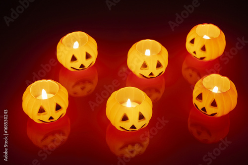 Papiers peints Rouge mauve glowing pumpkin candle halloween concept