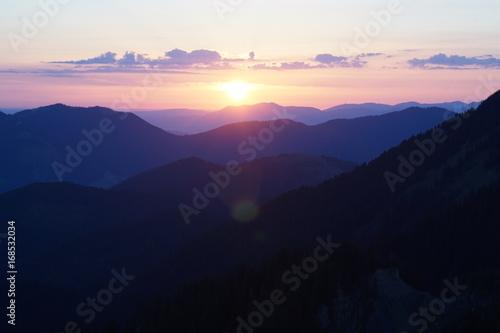 Fotobehang Lichtroze Sonnenaufgang in den Bergen
