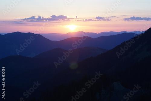 Aluminium Lichtroze Sonnenaufgang in den Bergen