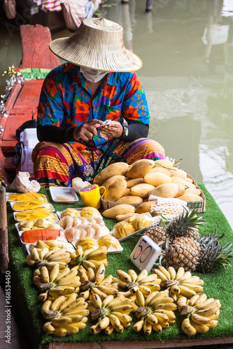In de dag Barcelona PATTAYA CITY, THAILAND – FEB, 3, 2017: Unidentified person in Pattaya City floating open air market in the southeast asian country of Thailand selling produce from a boat.
