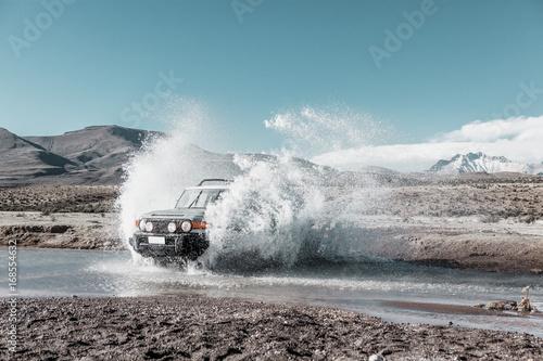 vehículo todoterreno cruzando un arroyo en el altiplano. Chile Poster