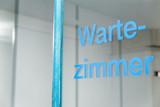 Glastür mit Aufschrift Wartezimmer, warten beim Arzt oder Amt - 168559627