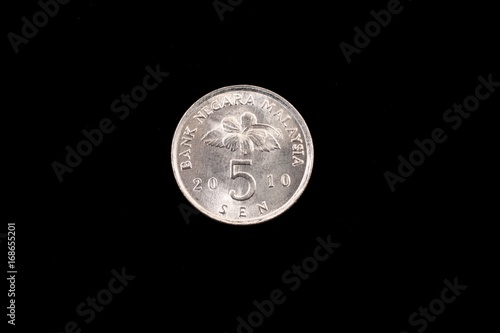 Fotobehang Kuala Lumpur An extreme close up of an Malaysian five sen coin on a solid black background