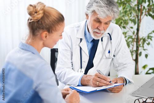 Arzt im Gespräch mit Patientin