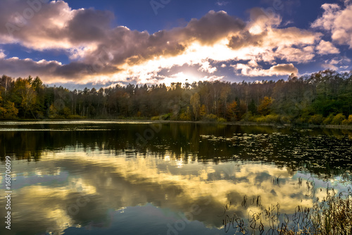 Papiers peints Automne Sunset sky over lake, sun fall in the forest, autumn landscape