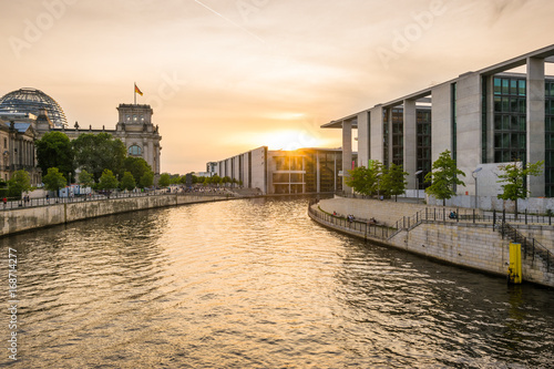 Foto op Aluminium Berlijn Sonnenuntergang am Reichstag in Berlin
