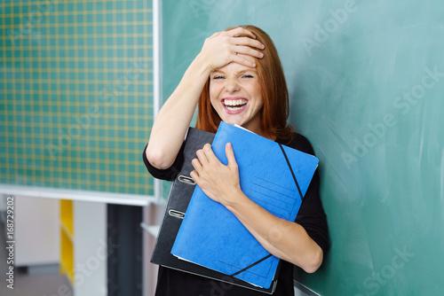 Juliste studentin lacht über ein missgeschick