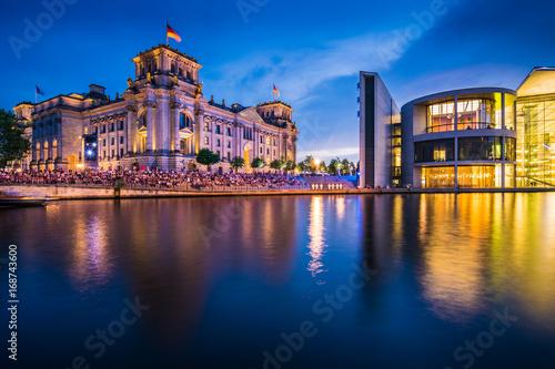 Foto op Plexiglas Berlijn Reichstag und Paul Loebe Haus in Berlin am Abend, Deutschland
