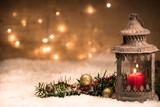 laterne mit weihnachtsdekoration - 168747696