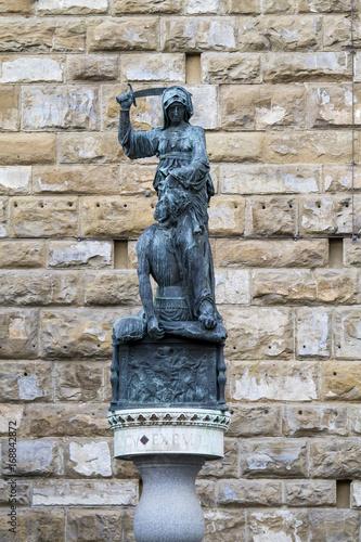 FIRENZE, ITALIA - LUGLIO 25, 2017: Piazza della Signoria (La scultura in bronzo Poster