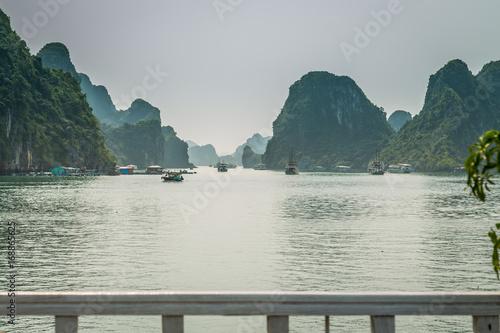 Papiers peints Guilin Cruising in Halong Bay, Vietnam