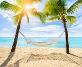 Entspannen in der Hängematte am Strand - 168881233