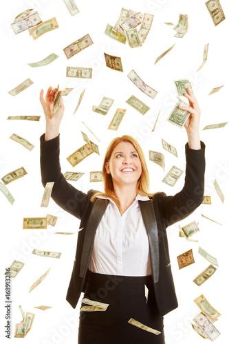 Frau in Geldregen aus Dollarscheinen