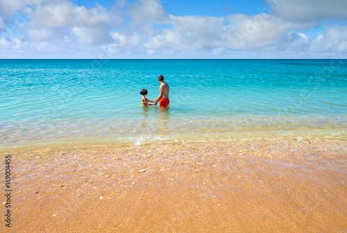 bain en famille dans un superbe lagon Poster