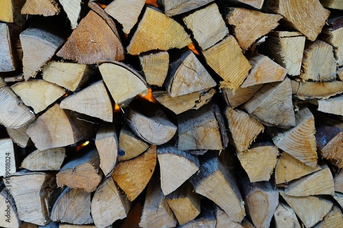 Papiers peints Texture de bois de chauffage Stacks of chopped wood logs against a wall outdoors