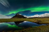 maravilhosa paisagem nocturna nos céus da islandia com uma fantástica Aurora Boreal. Glacier lagoon em Jokulsarlon - 169047244
