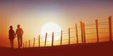 promenade - campagne - couple - marchant - jeune - chemin - coucher de soleil - 169111419