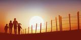 promenade - campagne - famille - marchant - chemin - coucher de soleil - 169111442