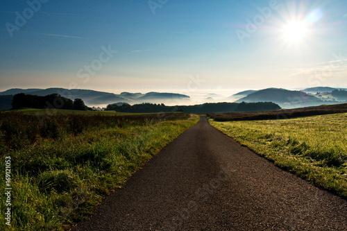 Weg ins neblige Tal bei Sonnenaufgang
