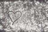 Gemaltes Herz auf einer mit Mehl bestäubten Küchen Arbeitsfläche - 169123009