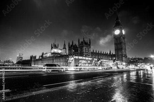Papiers peints Londres Westminster Bridge with Houses of Parliament and Big Ben at night - LONDON / GREAT BRITAIN - DECEMBER 6, 2017