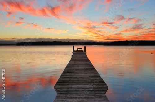 Zachód słońca nad St Georges Basin z drewna molo