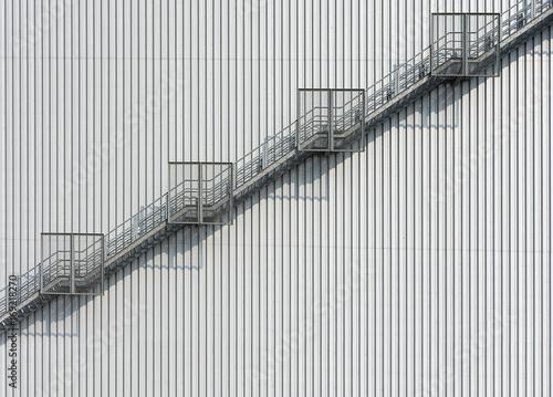 Stahltreppe nach oben an einer Blech verkleideten Wand