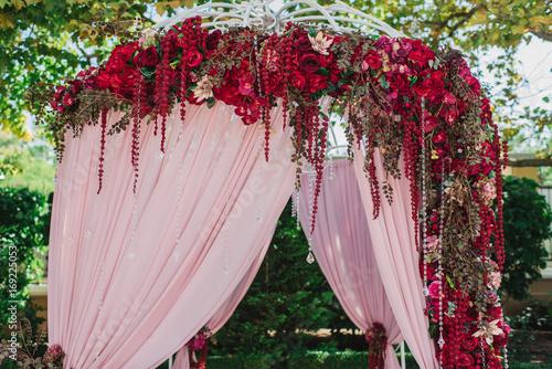 Papiers peints Rose clair / pale Декорации из красных цветов на свадебном торжестве