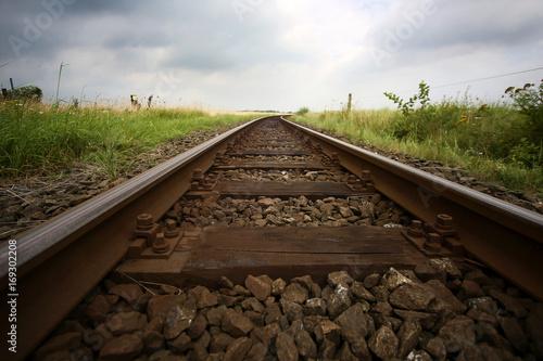Papiers peints Voies ferrées Eisenbahnschienen führen in den Horizont