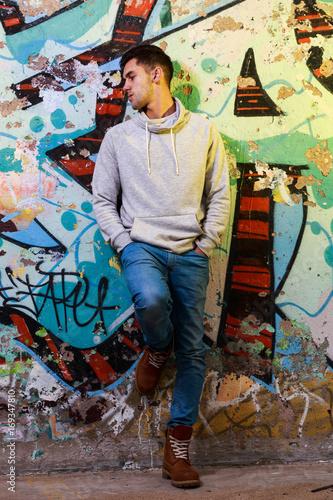 Aluminium Graffiti Hombre posando con grafittis