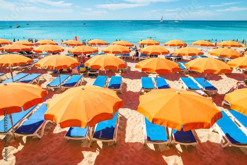 magnifique plage et ses parasols Poster