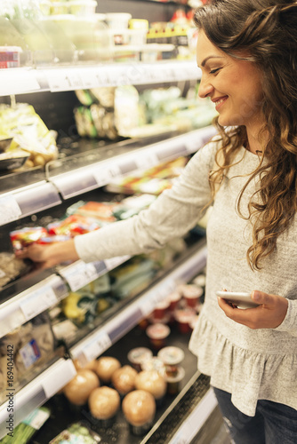 Keuken foto achterwand Boodschappen Beautiful woman choosing food in supermarket.