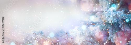 Zimowe drzewa wakacje śnieg tło. Piękne świąteczne sztuki granicznej