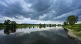 Regenwolken an der Elbe zwischen Meissen und Dresden