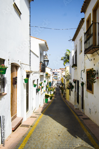 Papiers peints Ruelle etroite Spaniens Gasse mit grünen Blumtöpfen