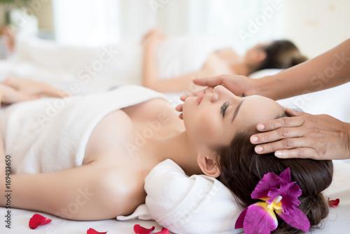 Tradycyjne orientalne masaże i zabiegi kosmetyczne. Młoda piękna ma masaż kobiety w salonie spa.