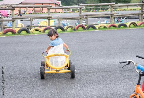 Fotobehang Amusementspark 乗り物に乗る子供
