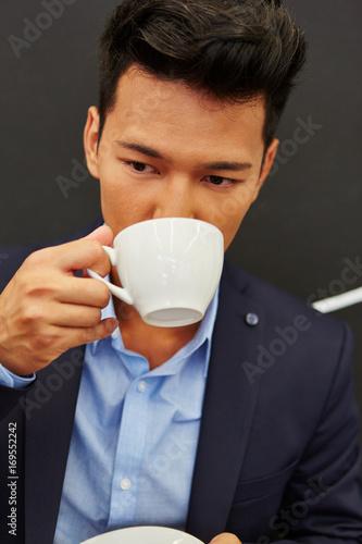 Mann trinkt eine Tasse Kaffee