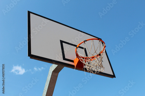 Aluminium Basketbal Damaged basketball hoop against blue sky