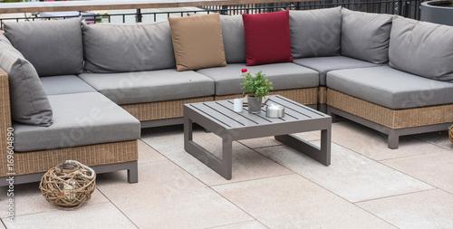 Foto Murales Lounge Ecke mit Couch und Tisch und bunten Kissen