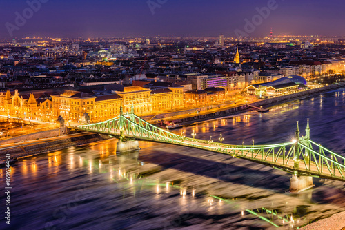 Papiers peints Budapest Hungarian sights. Beautiful night view of Liberty bridge over the Danube river in the historic part of Budapest, Hungary.