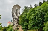 Beautiful antique rock and historic castle. Hercules Mace and castle in Pieskowa Skala in Poland. - 169711609