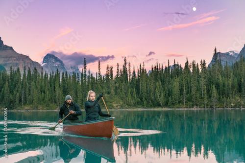 Fotobehang Lichtroze Canoe Couple