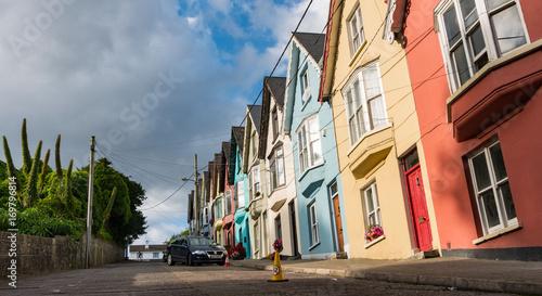 Fotobehang San Francisco Steile Straße mit bunten Häusern in Irland