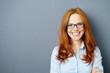 Quadro lächelnde geschäftsfrau mit blauer brille